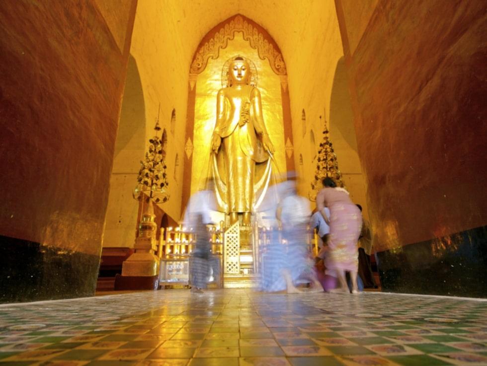 I Ananda Temple står fyra gyllene Buddhor i trä, var och en med ansiktet mot de fyra olika väderstrecken.