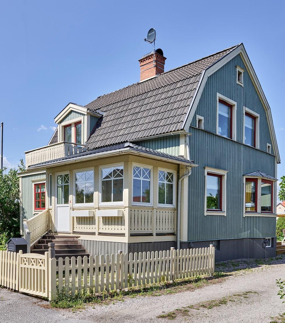 """Paret har många planer för sitt hus. """"En dröm vi har är att byta tak till rött tegel, måla om huset i en vacker kulör som passar huset och byta ut fönstren mot spröjsade, då vi vill försöka återställa husets karaktär"""", säger Sofia."""