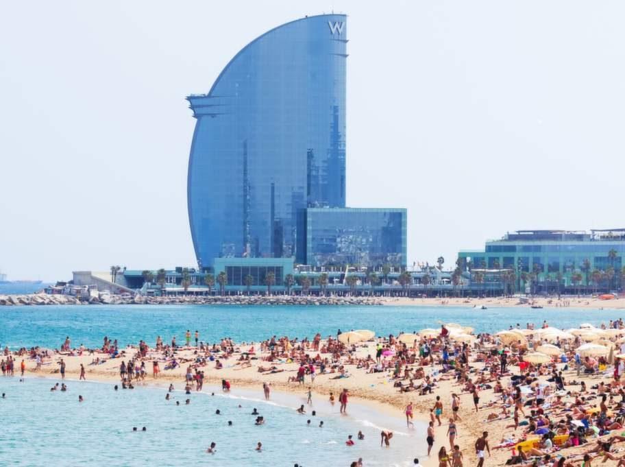 I Barcelona går debatten het om man ska införa någon form av begränsning av turister.