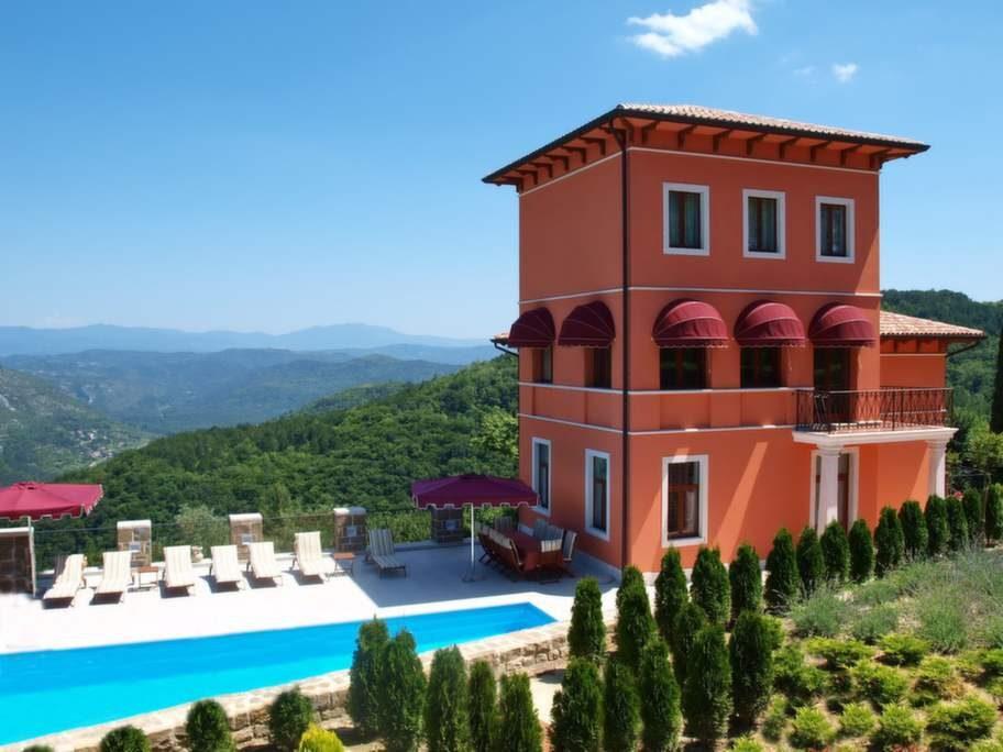 Villa Angelica ligger vackert på en kulle i en pittoresk liten by i Istrien.