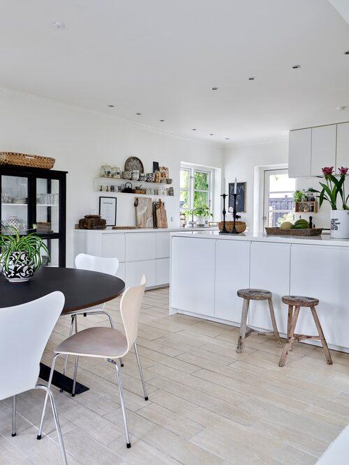 Kök från Ikea. Träpallar och vitrinskåp, Snowdrops Copenhagen. Svartvit kruka på matbordet, TineK. Den vita spannen med blommor i på köksön fick Kirsten i födelsedagspresent från en av sina följare på instagram.