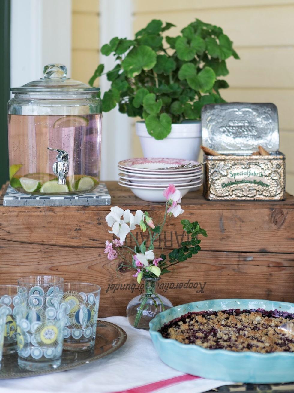 Blåbärspaj av egenplockade blåbär. Pajform, Gerbera. Glas, Ikea. Plåtburk, porslin och trälåda loppis.