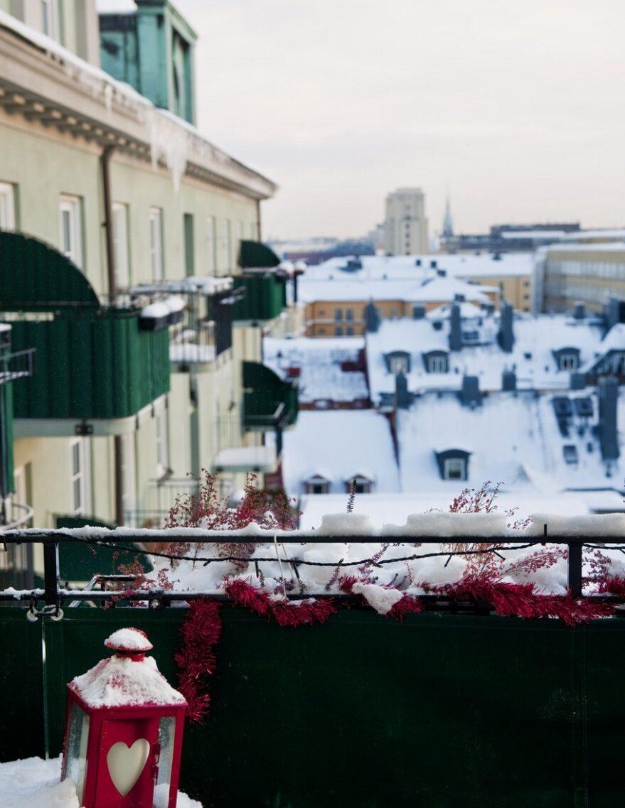 Balkongen. - Den byggdes till för bara ett år sedan och utsikten är vidunderlig. Det är skitläckert att kunna sitta och se ut över Stockholm.