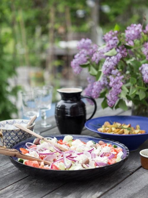 Det blir grekisk sallad till lunch. Fat och skål kommer från olika keramiker. Kanna, Le Creuset.