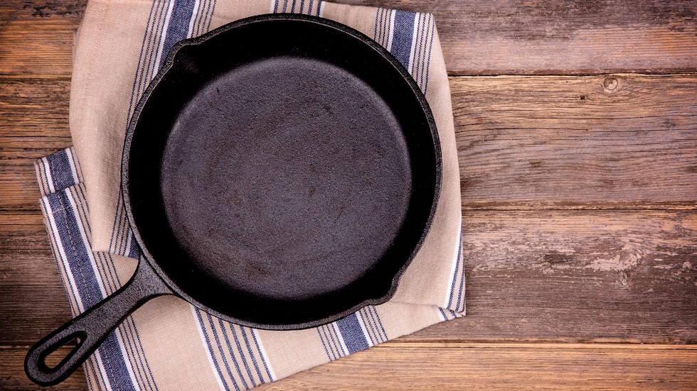 Ibland räcker det inte med varmt vatten för att gjutjärnspannan ska bli ren. Då finns ett annat knep – salt.