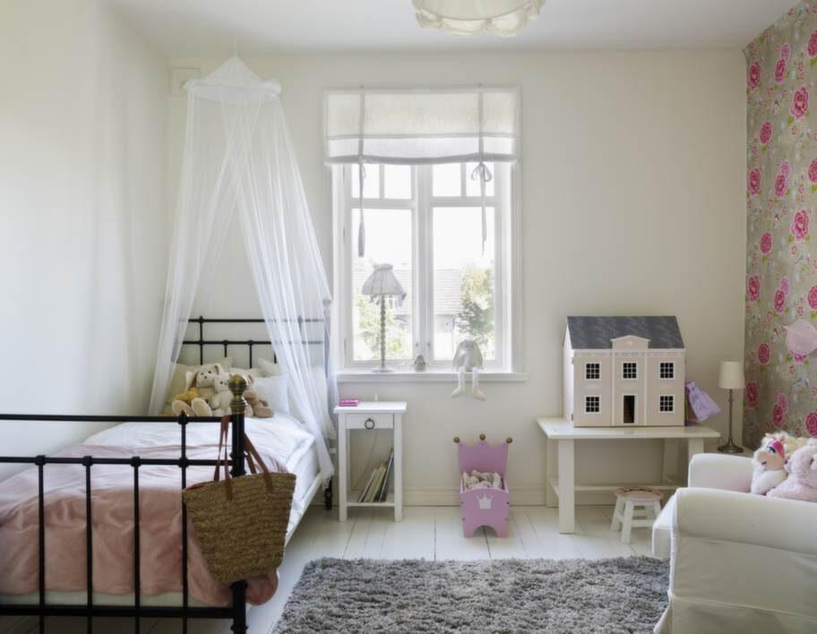Dottern Emmies rum är en riktig dröm med himmelssäng och charmig fågeltapet från Pip Studio.
