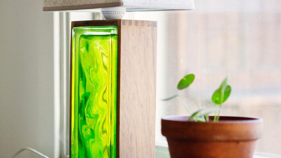 1960-talslampan i grönt glas har fått en ny skärm.