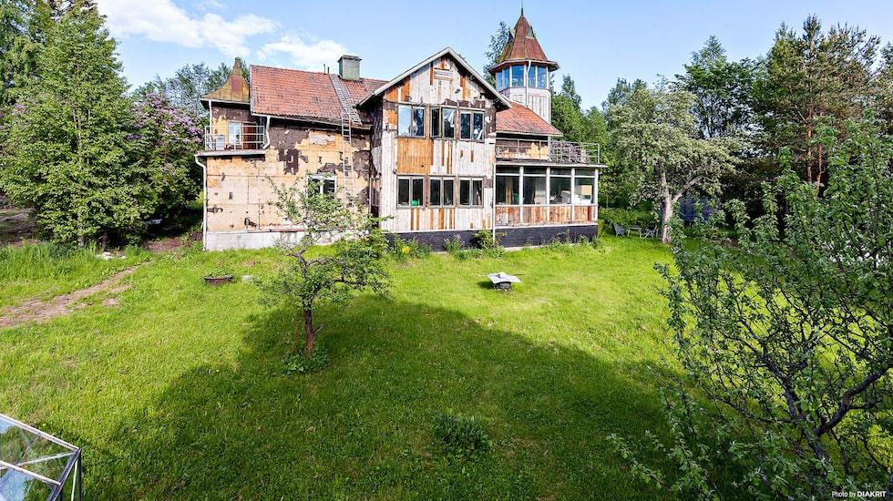 Husets boarea uppgår till 320 kvadratmeter, uppdelat på sju rum och kök.