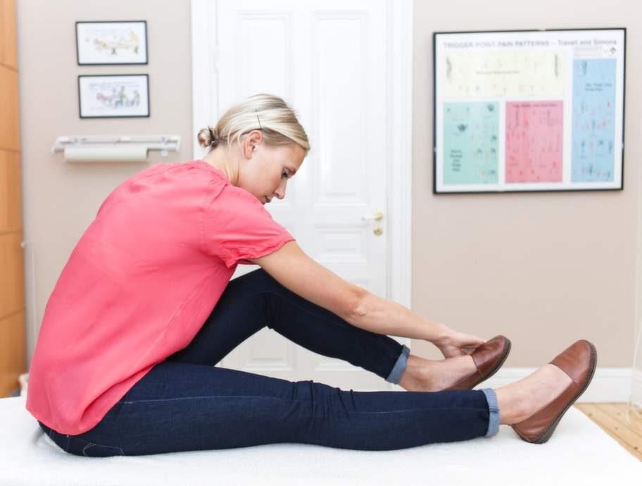 6 Så slappnar du av mellan skulderbladenGör så här: Sitt med benen rakt fram och böj ena knät. Ta tag om utsidan av foten med motsatt hand och rikta blicken snett över armbågen. Den andra handen håller i underlaget, till exempel bäddmadrassen om du är på sängen. Trampa ner foten som när du trycker på en gaspedal.Effekt: Stretchar musklerna mellan skulderbladen och ökar rörligheten i revbenen. Här är det vanligt att man får en låsning och akut smärta när man borrar, spikar eller krattar.