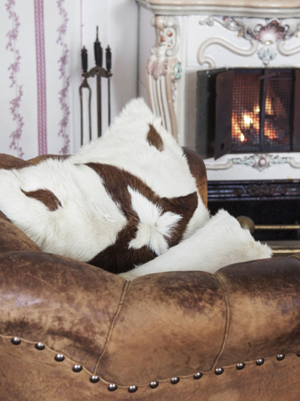 Läshörna. Ulla-Britt sitter gärna i de sköna läderfåtöljerna i salongen och läser en bok framför elden i kakelugnen.