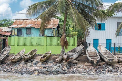 Uppdragna båtar i en fiskeby i São Tomé.