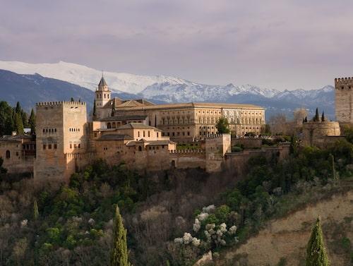 Det stora palatsområdet Alhambra i Granada härstammar från 1200-talet.