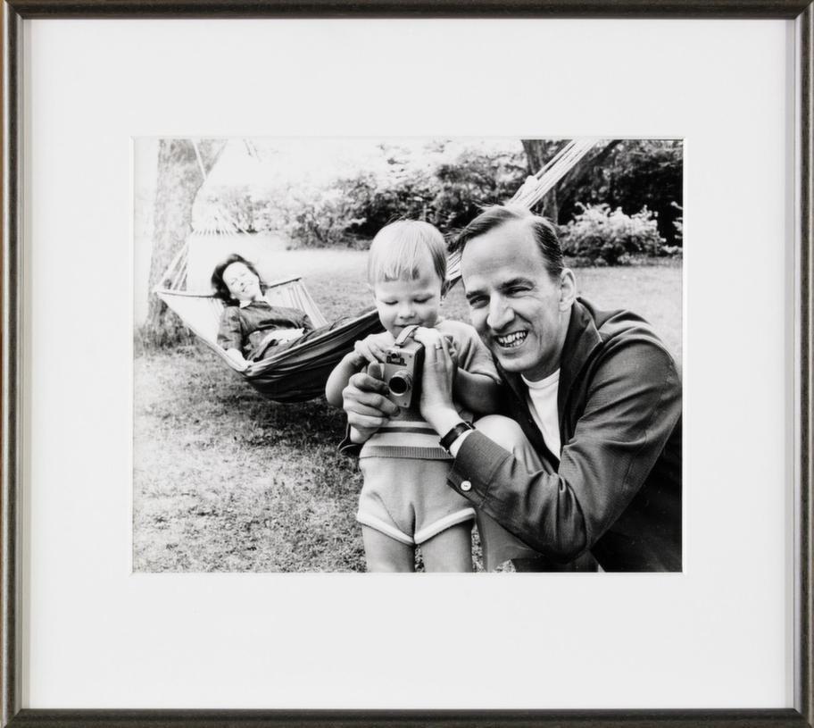 Familjebild. Se hela familjen samlad. Ingmar Bergman, dåvarande hustrun, pianisten och författaren Käbi Laretei och sonen, regissören Daniel Bergman som leker med pappas kamera. Utropspris 12 000 kronor.
