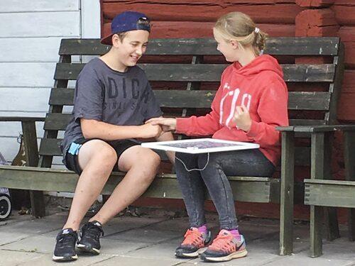 """""""Sten, sax och påse"""" är en av aktiviteterna som Isac och Annie får göra när de spelar tråk-bingo."""