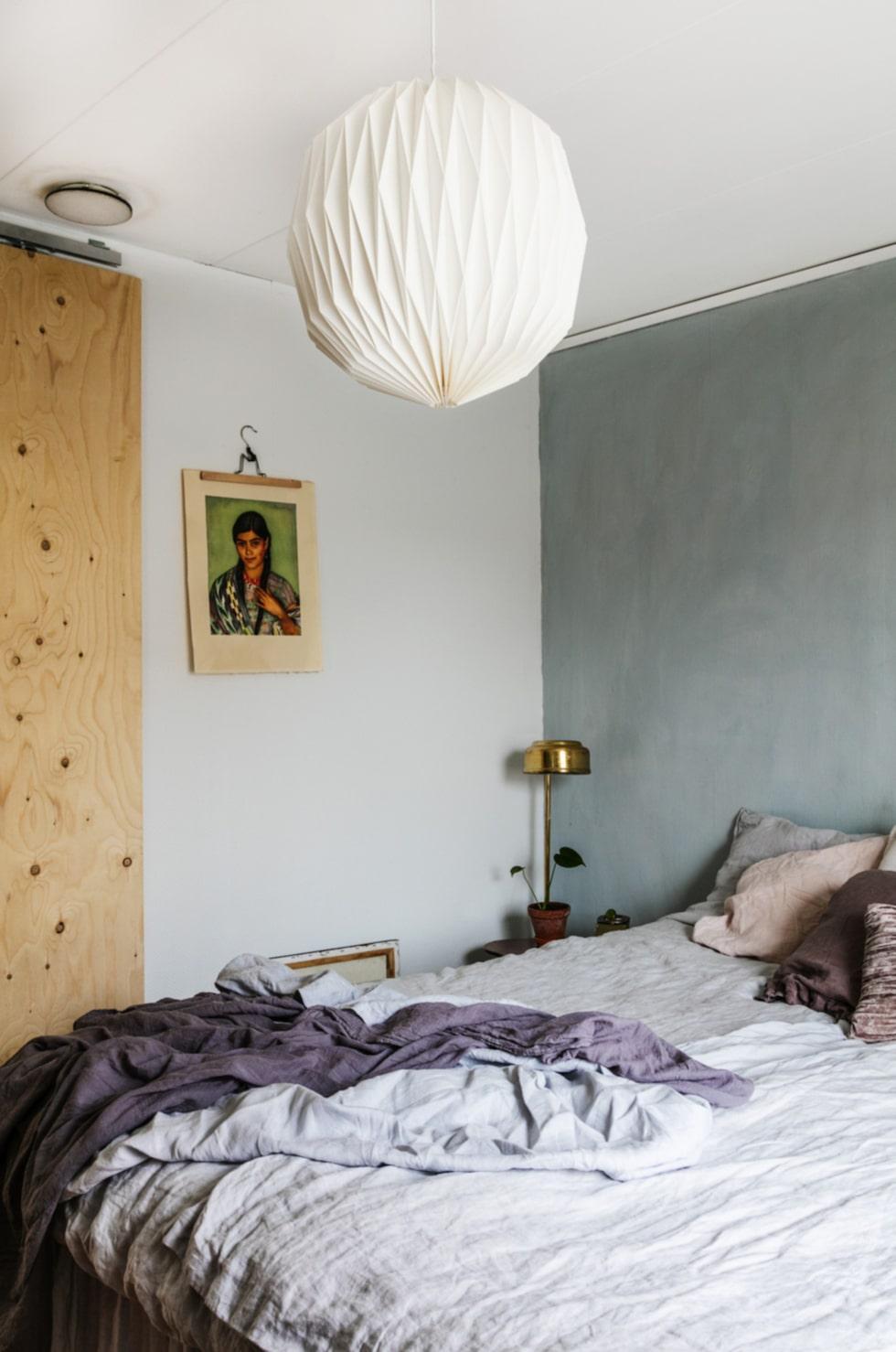 Linnetyger. Sovrummet är inte stort, men en skjutdörr i stället för en vanlig dörr har gjort att rummet blivit rymligare. Sängkläder från H&M home, bord och lampa från Larssons lager.