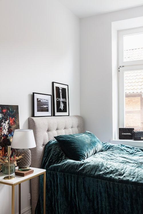 Det ena tonårsrummet har glamourtema. Sänggavel, nattygsbord och bordslampa, Mio. Överkast och kudde, H&M Home. Ljusstake och vas, Åhléns.