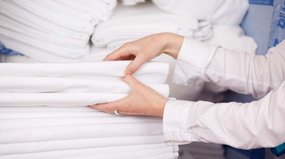 Lär dig en bra vikteknik. Många knölar in lakanen i garderoben, vilket lätt orsakar fula veck.