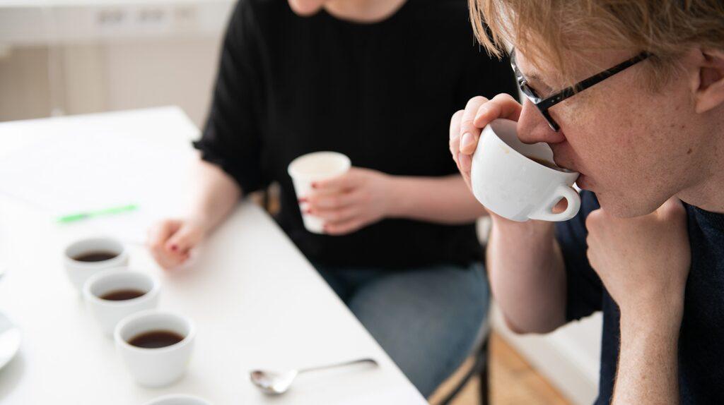 Kaffe-experterna Henrik Sandén och Linnea Vannesjö blindtestade kaffe bryggt genom de olika filtren och bedömde sedan smaken.
