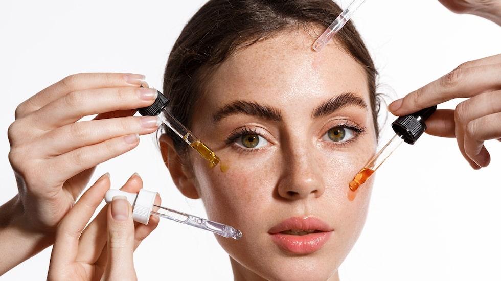 Har du koll på vad serum är - och vad det gör med din hud? Experten guidar här till allt du behöver veta om de populära dropparna!
