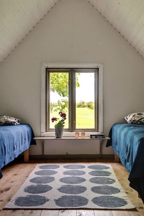 På övervåningen finns två sovrum på vardera gaveln.