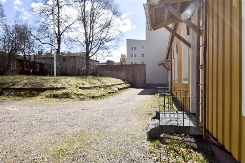 Tomten som hör till husen är på 1962 kvadratmeter.