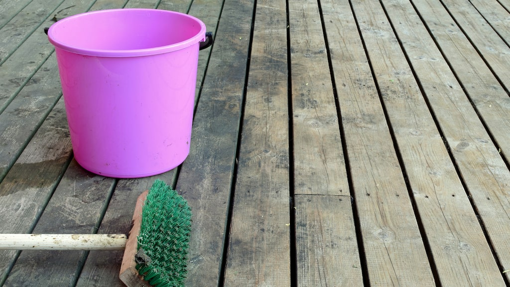 Det är inte särskilt svårt att rengöra altanen, men det gäller samtidigt att ha lite koll för att inte göra ett onödigt jobb.