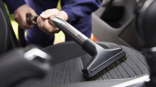 I många fall kan du själv få bort fläckar i bilen så den blir ren och fin på insidan igen.