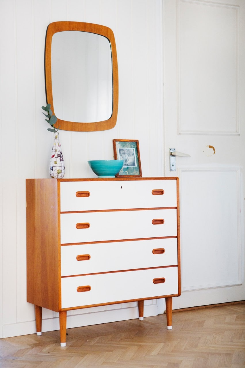 Byrån och spegeln i teak har Katja köpt på nätet och målat lådorna vita.