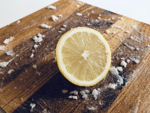 Salt, citron, bikarbonat och ättika är både skonsamt och effektivt för att ta död på bakterier i skärbrädan.