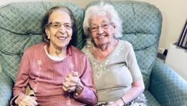 Bästisar sedan över 80 år – bor på samma äldreboende