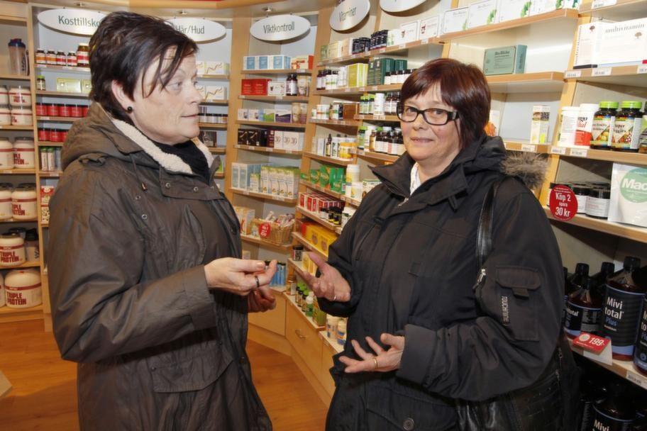 VAD ÄR RÄTT? Berit Ericsson och Elisabeth Forsberg delar inte samma uppfattning om vitamintillskott.Berit Ericsson, 53, fritidspedagog, Örebro (till vänster i bild):- Nej. Jag mår bra som jag gör. Tror inte jag har behovet just nu. Räcker med att man äter riktig lagad mat!Elisabeth Forsberg, 51, barnskötare, Hallsberg (till höger i bild):- JA! Det har varit lite sol, så då är det bra att man får i sig lite extra vitaminer. Så man slipper förkylningar. Ibland behövs det lite extra!