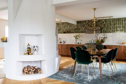 Köket är ritat samt framtaget av Mariella Studio, med köksluckor i valnöt och detaljer i rå mässing. Det gröna kaklet är tillverkat i en liten by utanför Milano. Den öppna planlösningen skapar en social känsla där en vacker öppen spis utgör hemmets hjärta och binder ihop rummen.