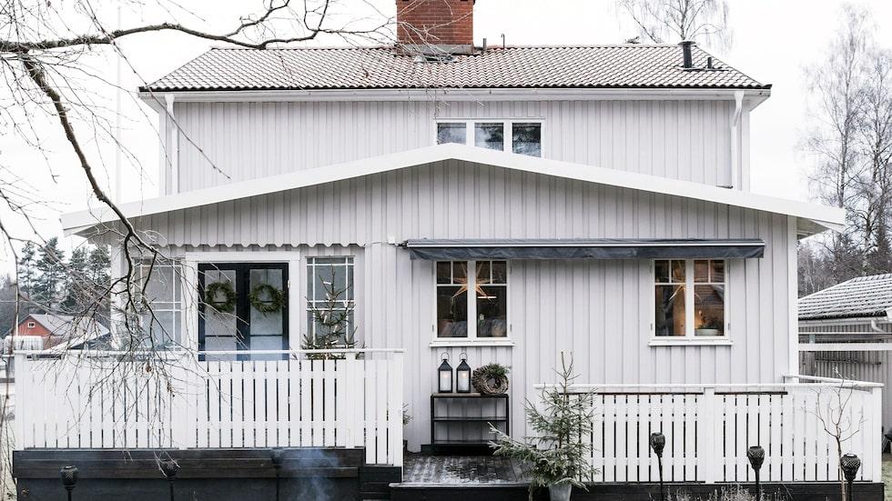 Sandra har pyntat glasverandan till huset i Anderstorp, tänt facklor och eldkorg, då vännerna ska komma på glöggmys och julgodistillverkning.