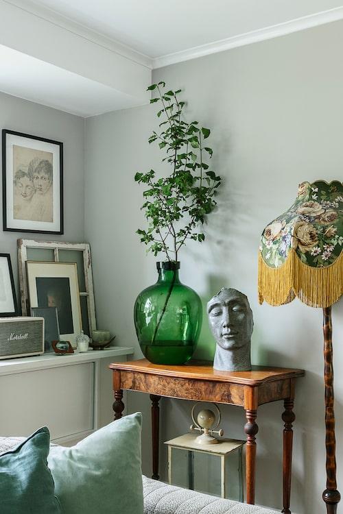 Linda älskar att fynda på loppis och det syns i hemmet som är under ständig förändring. Skulpturen är en kruka från en lokal blomsteraffär. Möblerna är köpta second hand på bland annat Erikshjälpen i Härnösand.
