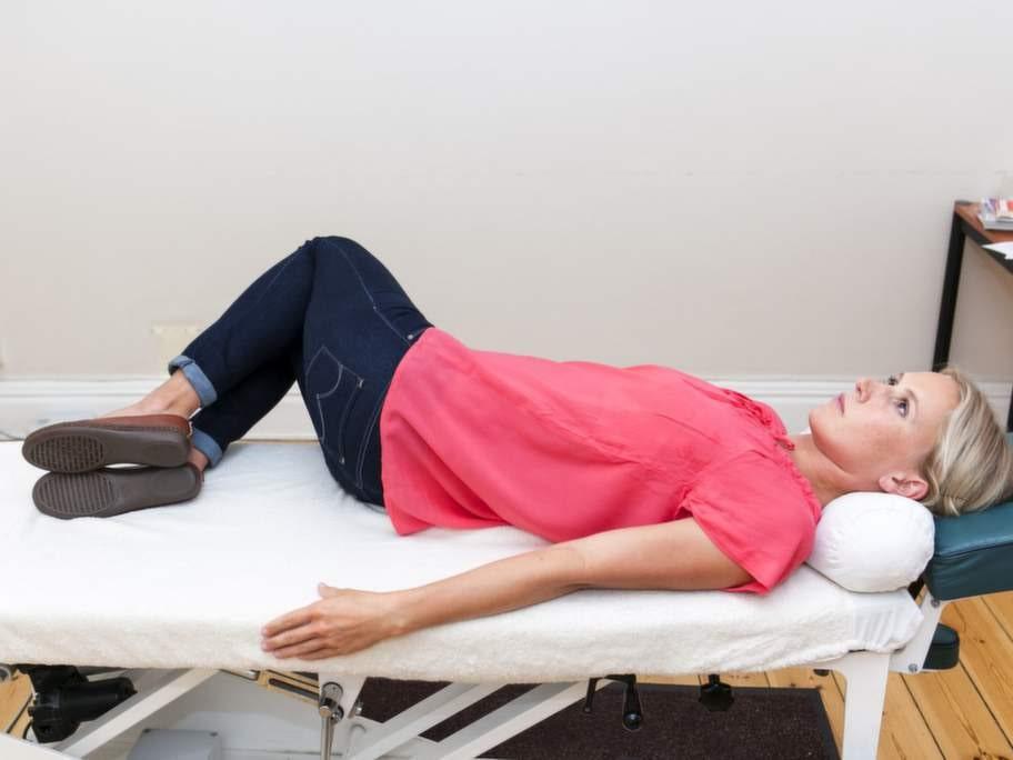 2 Stoppar ett ryggskott som är på vägGör så här: Ligg på rygg med armarna snett utåt sidorna. Böj knäna och behåll fötterna i underlaget. Fäll knäna sakta åt ena sidan och sedan åt andra. Låt övre delen av ryggen ligga kvar mot underlaget hela tiden.Effekt: Stretchar musklerna i nedre delen av ryggen och ökar rörligheten mellan kotorna. Nedsatt rörlighet känns i början bara som stelhet men kan plötsligt bli till ett akut ryggskott.