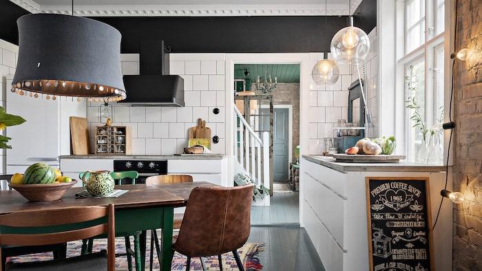 Köket är modernt och nyrenoverat.