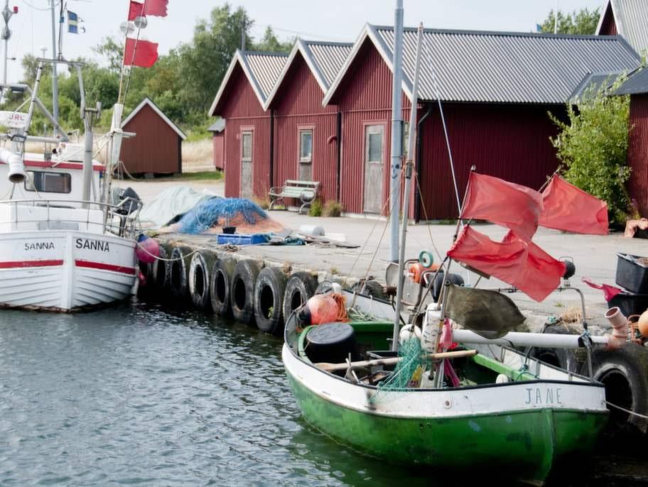 Fiskebodarna möter en i hamnen på Hasslö.