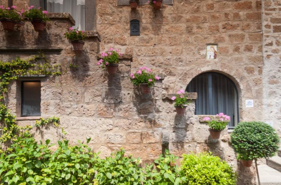Det finns många vackra hus till salu i byn – men skicket är inte det bästa.