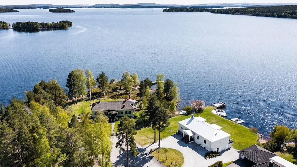 Det här vita huset i Falun, precis intill vattnet med egen brygga och egen sandstrand, är en av de bostäder som klickar mest på Hemnet just nu.