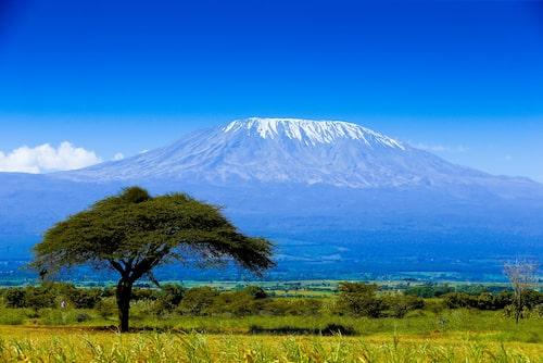 Med en höjd på imponerande 5 895 meter är Kilimanjaro Afrikas högsta berg.