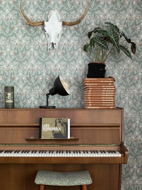 Petter och Fanny gillar att spela och sjunga tillsammans. Lampa, Ikea. Pianot är en födelsedagspresent. Tapet, Thistle från Boråstapeter. Älghornet är Fannys pappas trofé.