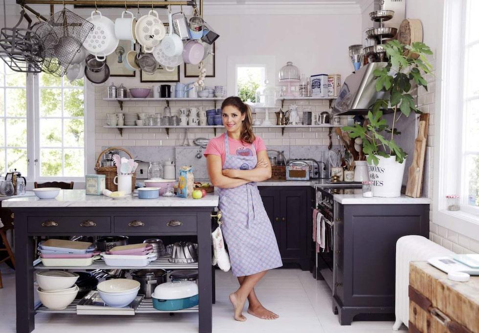 Leila Lindholm hemma i sitt kök. När barnen kom flyttade Leila till Södermanland och renoverade ett stort trähus. I köket lever och arbetar hon.