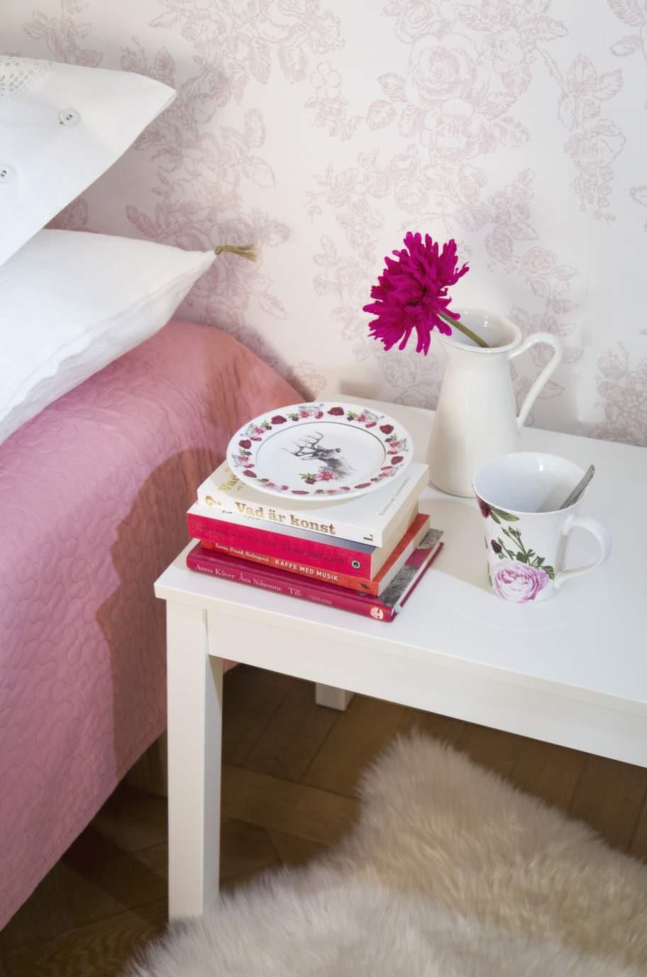 Bänk Sigurd, 599 kronor, kanna Sockerärt, 79 kronor, båda från Ikea. Rosig mugg, 49:50 kronor, fat med djurmotiv, 49:50 kronor, H&M home. På sängen, överkast Alina, 449 kronor Ikea.