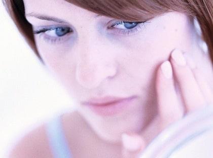 Behandla akne? Kläm aldrig en finne utan låt den istället få läka ut av sig själv. För mycket pillande kan ge fula ärr och förvärrar ofta inflammationer.