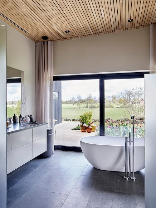 Badrumsmöbeln är gjord av köksskåp från Ballingslöv i färgen ostronbeige. Väggarna är målade i samma kulör. Golvet och väggarna i duschen är i kalksten.