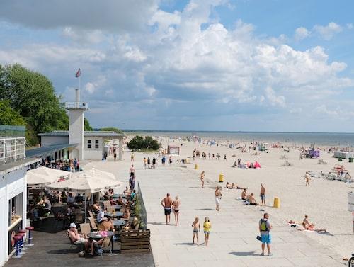 Den långa stranden i Pärnu verkar ha plats för alla, hur många som än kommer hit.