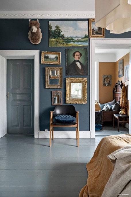 Den som bor här gillar tavlor och ramar i alla dess former.