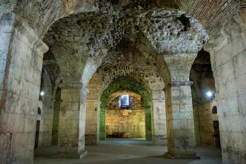 I slutet av 200-talet efter Kristus lät den romerske kejsaren Diocletianus bygga sitt palats på fyrtio tusen kvadratmeter.