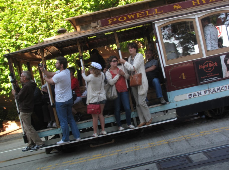 På kabelspårvagnarna är det faktiskt tillåtet att hänga på utsidan.