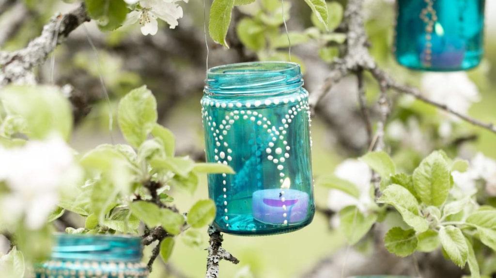 Så här fina ljuslyktor kan du göra av helt vanliga glasburkar. Vintertid kan du hänga upp dem i ett fönster, kanske i det kala trädet i trädgården – eller ställa på bordet.